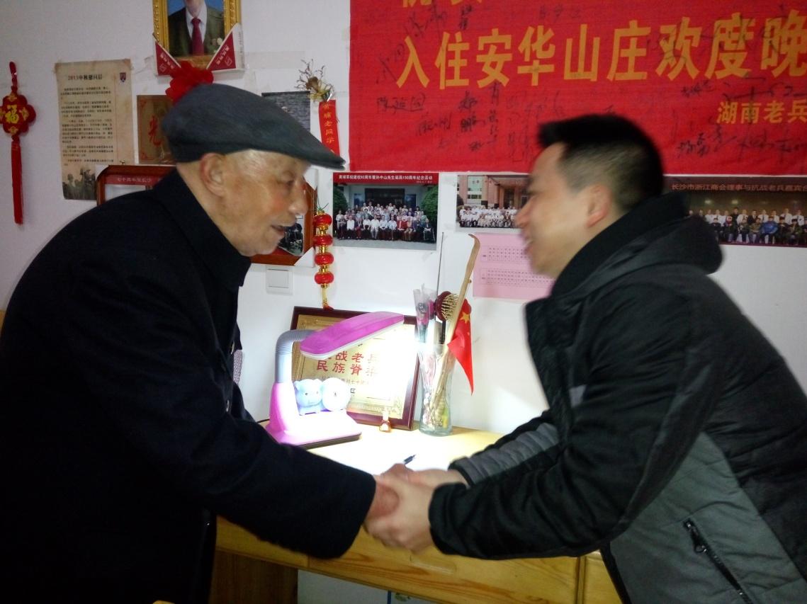华夏湘分志愿者为101岁唐曦老兵庆祝生日